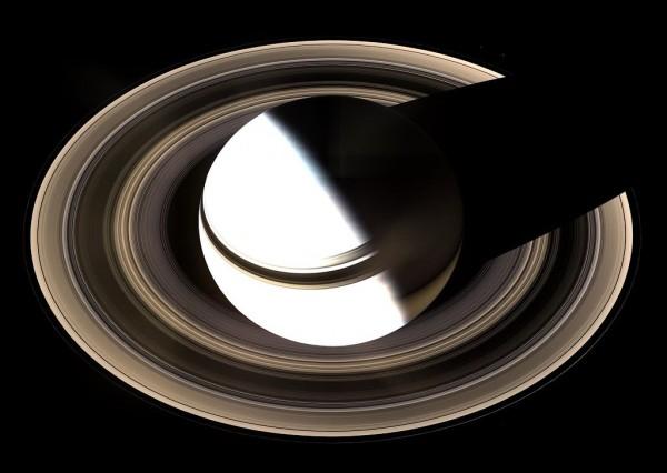 Огромная тень планеты лежит в тонких кольцах Сатурна.
