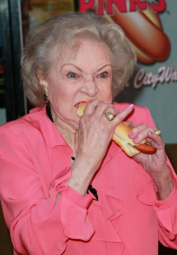 Бетти Уайт и хот-дог